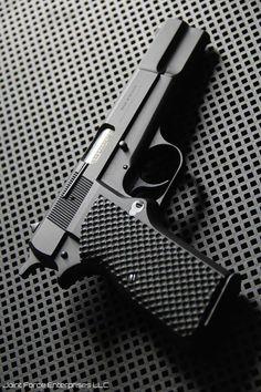 Browning Hi-Power semi-automatic pistol Weapons Guns, Guns And Ammo, Rifles, Browning, Colt Single Action Army, Armas Ninja, Fire Powers, Military Guns, Cool Guns