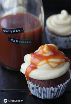 Wowie, sind die lecker: Schoko Cupcakes mit Whiskey Karamell Soße. Dunkler Schokoboden mit weisser Ganache und obendrauf Karamell Sosse! Cupcakes deluxe!