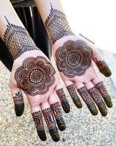 The Beautiful floral Mandalas henna. Circle Mehndi Designs, Round Mehndi Design, Henna Tattoo Designs Simple, Finger Henna Designs, Indian Mehndi Designs, Latest Bridal Mehndi Designs, Full Hand Mehndi Designs, Mehndi Designs For Beginners, Mehndi Design Photos