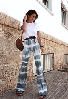 12 looks básicos e estilosos por María Valdés - Blusa branca, calça tie dye boho, sandália de tiras Tie Dye Fashion, Look Fashion, Fashion Outfits, Fashion Trends, Fashion Moda, Mens Fashion, Fashion Tips, Look Hippie Chic, Look Boho