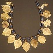 Ornamento de cabeça em estilo sumério. Ouro, lápis-lazúli e cornalina. Metropolitan Museum of Art.