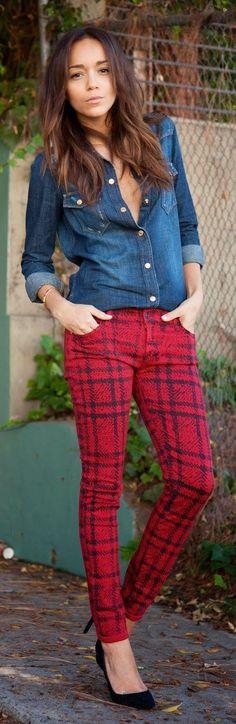 Skinny jeans rojos con diseño de cuadros más camisa manga larga de mezclilla.