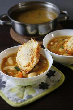 Zupa minestrone z grochem oraz selekcją warzyw Butter Bean Soup, Butter Beans, Thai Red Curry, Ramen, Chili, Celery, Carrots, Herbs, Ethnic Recipes