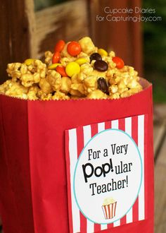 Peanut Butter Popcorn Teacher Gift -Show the teachers in your life how much you care with this delicious Peanut Butter Popcorn and free printable!