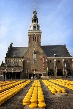 Kaasmarkt (cheese market)- Alkmaar, Holland anyone want to come and eat cheese with meeee????