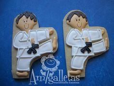 Karate Cookies by Amigalletas on Etsy Galletas Cookies, Iced Cookies, Cut Out Cookies, Cute Cookies, Cupcake Cookies, Karate Cake, Karate Party, Karate Birthday, Sugar Cookie Icing