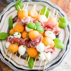 Prosciutto Melon Skewers: A great classic made super elegant and easily portable! Perfect for your next picnic or summer BBQ by the poolside! Best Picnic Food, Healthy Picnic, Picnic Foods, Picnic Recipes, Antipasto Recipes, Vegetarian Picnic, Picnic Snacks, Sandwich Recipes, Breakfast Picnic