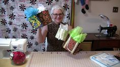 Tolle DIY Anleitung für eine Textil-Geschenktasche - ich kann mir diese super süßen Täschchen auch als kleine Sommertäschchen für kleine und große Mädchen vorstellen. Nähen ist für dieses Projekt erforderlich aber es ist so einfach, dass es auch für unerfahrene Näher zu bewerkstelligen ist. Auch ein tolles Handarbeitsprojekt für Kinder die sich für das Nähen interessieren.