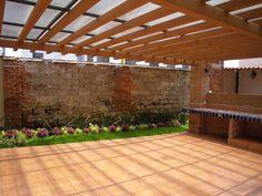 Outra forma de mudar o aspecto do seu jardim passa pela instalação de uma pérgola. Para além da mudança estética, poderá contar com um espaço protegido do mau tempo ou, pelo contrário, do sol intenso.    Credits: homify / JRM Design – Studio Arquitectura