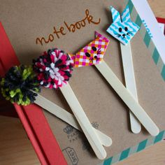 Envie de marque-pages originaux, rigolos et surtout facile à faire ? Il vous faudra simplement un peu de laine, du papier et des bâtons de glace...