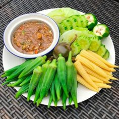 Vietnamese Recipes, Thai Recipes, Asian Recipes, Authentic Thai Food, Cambodian Food, Thai Street Food, Fried Vegetables, Living Room Kitchen, Food Presentation