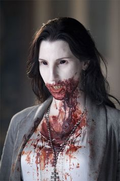 DIY vampire makeup ideas simple halloween makeup ideas how to make fake blood Scary Vampire, Female Vampire, Vampire Art, Halloween Vampire, Halloween Kostüm, Halloween Makeup, Vampire Girls, Halloween Costumes, Horror Films