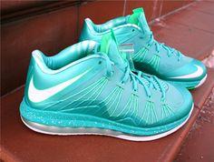 Buty do koszykówki - Nike Lebron X Low  http://www.bestsport.com.pl/produkt,Nike-Lebron-X-Low,579765300,2290  Rozmiary: 42.5, 44.5, 45.5, 46  Marka:Nike Symbol:579765300 Płeć:Mężczyzna Dyscyplina:Koszykówka Kolekcja:Lebron James   Kolor : Crytal   Cholewka : Syntetyk System FlyWire   Wysokość : Low   Systemy : Max Air na całej długości  Charakterystyka : Maksymalna stabilizacja śródstopia Maksymalna amortyzacja Komfort #koszykówka #nike #sport