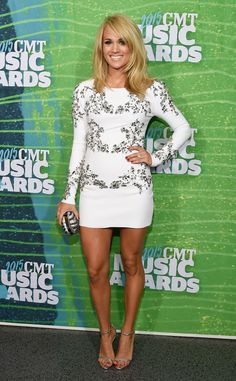 Carrie Underwood Makes First Red Carpet Appearance Since Giving Birth in Sexy White Dress at the 2015 CMT Music Awards | E! Online Mobile Carrie Underwood Feet, Carrie Underwood Pictures, Celebrity Dresses, Cmt Music Awards, Country Music Awards, Country Music Artists, Country Singers, Celebrity Gossip, Celebrity News
