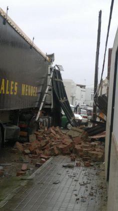 Fuentes de Andalucia, epicentro de la catástrofe tras el paso de un tornado anoche