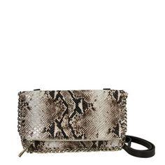 Un bolso bandolera con estampado animal print  muy chic con asas combinadas con cadena para dar un toque diferente y original a tus estilismos.