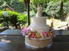 Romantik pur! Hochzeitstorte rosefraben, lila und creme. Jute- und Spitzenband