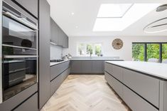 Check out this first rate kitchens with tables - what an imaginative design and style Open Plan Kitchen Diner, Open Plan Kitchen Living Room, Kitchen Family Rooms, White Oak Kitchen, White Kitchen Decor, Kitchen Interior, Luxury Kitchen Design, Contemporary Kitchen Design, Cocinas Kitchen