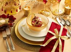 I hadn't thought of using my white place settings with gold for Christmas.  I really like this look.