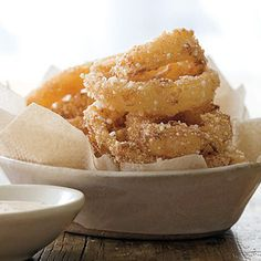 Onion Rings with Creamy Cajun Sauce (Rachel Ray Mag) Side Dish Recipes, Snack Recipes, Snacks, Side Dishes, Onion Recipes, Cajun Recipes, Onion Rings, Yummy Appetizers, Vegetable Dishes