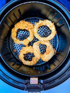 cooked onion rings in an air fryer Air Fryer Recipes Onion Rings, Air Fryer Dinner Recipes, Air Fry Recipes, Homemade Onion Rings, Homemade French Fries, Air Fryer Chicken Tenders, Fried Chicken Wings, Dry Fryer, Small Air Fryer