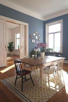Dieser Altbau verzaubert uns! Blaue Wand, Stuhl-Mix, IKEA-Teppich. Community-Mitglied MiMaMeist wohnt so schön! #interior #esszimmer #COUCHstyle