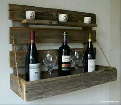 Maak van oude stukken hout dit leuke wijnrek.