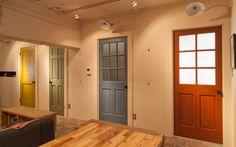 """4色に塗り分けられたおしゃれなドアが印象的なこちらのお部屋も、実は築40年の団地をリノベーションしたもの。""""アメリカンポップ""""をテーマに、アパレル系のセレクトショップにお勤めのご夫婦が、インテリアや素材も含めてこだわりぬいた空間です。 職業柄、たくさんのお洋服や靴をお持ちのご夫婦だけに、収納をたっぷり設けているのもポイント。団地とはいえ、ウォークインクローゼットやシューズラックを自由に設けられるのも、リノベーションの魅力ですね。renovation-selectshop-04"""