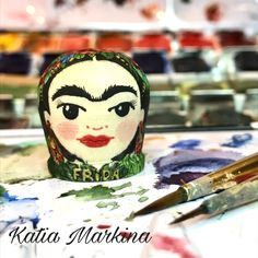 Dedal Frida Kahlo .Dedal de colección hecho a mano .Madera,imprimación,fondo acrílico,dibujo acuarela,barniz .Pintado a mano alzada.Autor Katia Markina. Ezcaray La Rioja España . Hacemos dedales personalizados por encargo.