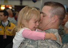 These photos are really something special. Enjoy these touching photos of soldiers returning home from serving their country in war. Soldiers Returning Home, Soldiers Coming Home, Daddy's Back, Pictures Of Soldiers, Powerful Pictures, Support Our Troops, Military Life, Military Families, Military Veterans