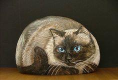 Gostaria de aprender a pintar gatos na pedra gostaria de aprender a pensar gatos na Stone Art Painting, Rock Painting Designs, Pebble Painting, Pebble Art, Painted Rock Animals, Hand Painted Rocks, Stone Crafts, Rock Crafts, Pet Rocks