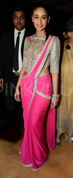 Ileana D'cruz sizzles at India Couture Week 33 in a saree or sari and blouse. Saris, Indian Dresses, Indian Outfits, Indian Clothes, India Fashion, Asian Fashion, Saree Gown, Modern Saree, Indian Bridal Wear
