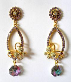Cód: BD319 <br>Tam: 8,5 cm <br> <br>Brinco em banho de ouro com strass e cristal.