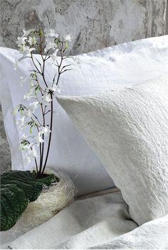 ZUCCHI SUITE COLLECTION Federe con microvolani e lenzuola White Linen in puro lino effetto stropicciato disponibili nei colori bianco e naturale. Homi - Milan - Italy