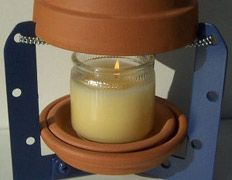 Очаг из горшков обогревает комнату одной свечой