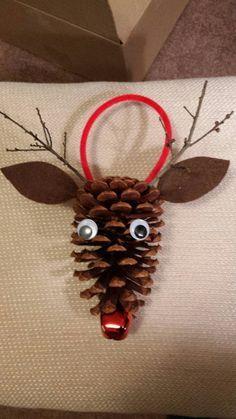 Artículos similares a Pino de cono Rudolph el reno de nariz rojizo en Etsy