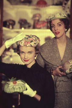 At the milliner's….My mother had wonderful hats! Her Aunt Molly was a milliner. Moda Vintage, Vintage Love, Vintage Beauty, Retro Vintage, Vintage Hats, Vintage Floral, 1950 Pinup, 1950s Fashion, Vintage Fashion