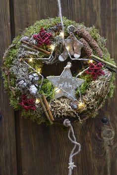 Christmas Advent Wreath, Christmas Candle Decorations, Christmas Flower Arrangements, Christmas Planters, Christmas Wreaths To Make, Holiday Wreaths, Rustic Christmas, Winter Christmas, Flower Decorations