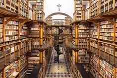 La laberíntica biblioteca de la Abadía de Santa María Laach en Alemania.
