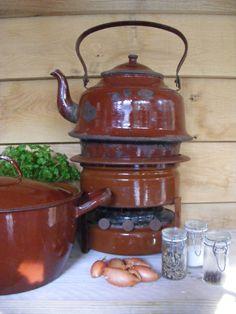 Ossenbloedbruin emaille waterketel en petroleumstel / enamel kettle and petrol stove *** De tijd van toen * Brocante & styling ***