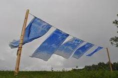 Aliki van der Kruijs, Weerblauw, een serie stoffen die is bewerkt door blauwsel en zonlicht dat de lakens bleekt.