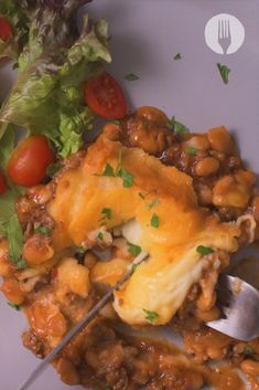 COMFORT FOOD CENTRAL 👇 This Cheesy Mash & Boerewors Casserole will be dinner on repeat 😍 Stew And Dumplings, Beef Recipes, Cooking Recipes, Afrikaans Quotes, Sausage Casserole, Trifle Recipe, On Repeat, Sausages, Omelette