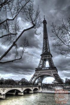 Spot to photograph Eiffel Tower: Iena Bridge