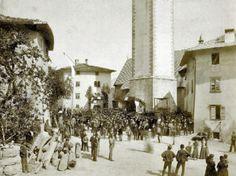 Una storica #foto che ritrae la #piazza di #Tuenno e la #popolazione in #festa!
