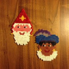 Sinterklaas en Piet van Hama strijkkralen. Allebei gemaakt op een zeshoekig bord.