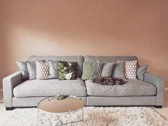 Grå Valen XL linnesoffa. Soffa, linne, rymlig, låg, dun, vardagsrum, möbler, möbel, inredning.