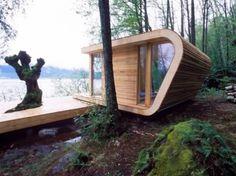 Diseñada por el arquitecto noruego Tommie Wilhelmsen, el refugio en Hardanger es una apuesta moderna en madera de alerce, de silueta curva y vidrio. Cabaña ecológica.
