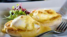 Spiegelei, Rührei oder auch einfach gekochte Eier sind sicherlich oft auf dem Frühstücktisch. Wenn man Lust auf etwas Besonderes hat, kann man ein raffiniertes Frühstück zubereiten: pochierte Eier auf Rucola-Brötchen, bekannt als Eggs Benedict. Brunch, Breakfast, How To Cook Eggs, Boiled Egg, Breakfast Snacks, Egg Benedict, Easy Cooking, Morning Coffee
