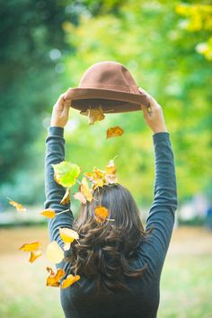 Fun Autumn photo idea with a hat full of leaves! Autumn Photography, Girl Photography, Creative Photography, Photography Ideas, Fall Pictures, Fall Photos, Poses Photo, Shooting Photo, Autumn Inspiration