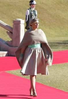 The queen in a dress by Mattijs van Bergen. Click on the image to see more looks.
